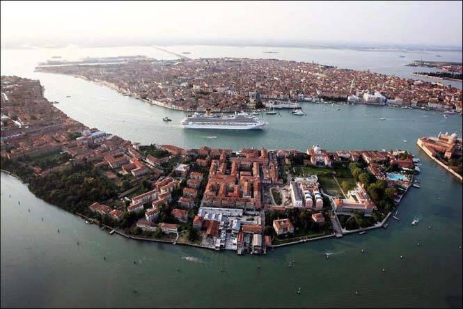 Γιγάντιο κρουαζιερόπλοιο κατέπλευσε στη Βενετία! Οι φωτογραφίες προκαλούν δέος !!!
