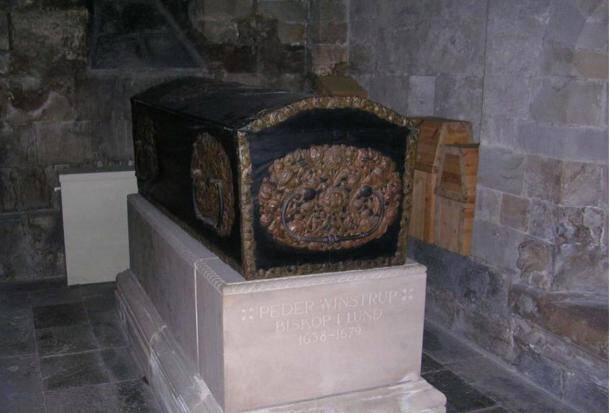 Επίσκοπος του 17ου αιώνα έκρυβε στο φέρετρό του ένα καλά κρυμμένο μυστικό: Βρήκαν έμβρυο στον τάφο του μετά από 336 χρόνια!
