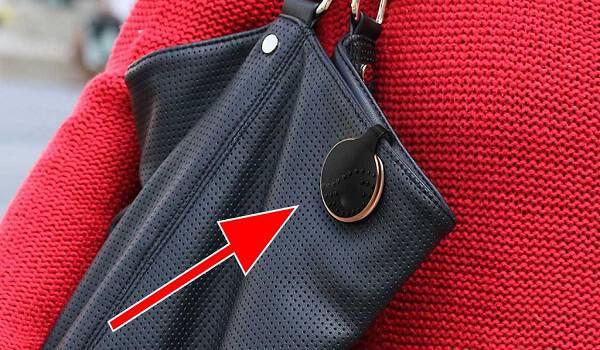 Μοιάζει με μια κοινή τσάντα αυτό όμως το μαύρο κλιπ μπορεί να σας σώσει τη ζωή!