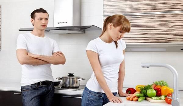 Ο σύζυγος μπήκε στην κουζίνα και άρχισε να ουρλιάζει στη γυναίκα του. Αλλά είχε το λόγο του..