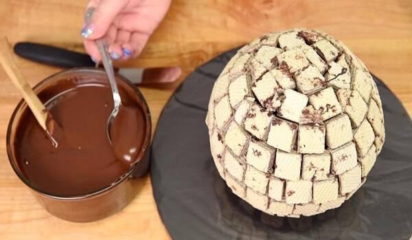 Φτιάχνει μία Μπάλα από Σοκολατένια Γκοφρετάκια και αρχίζει να την Στολίζει με Σοκολάτα. Το αποτέλεσμα; Θα σας ξετρελάνει!