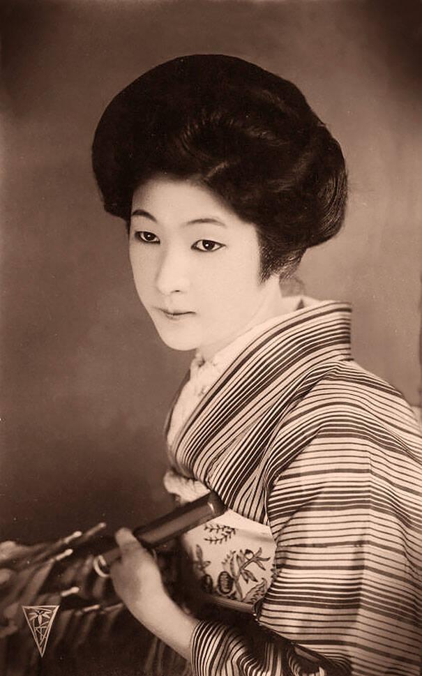 Ποιες γυναίκες θεωρούνταν όμορφες πριν από 100 χρόνια; Αυτές οι καρτ ποστάλ του 1900 το παρουσιάζουν