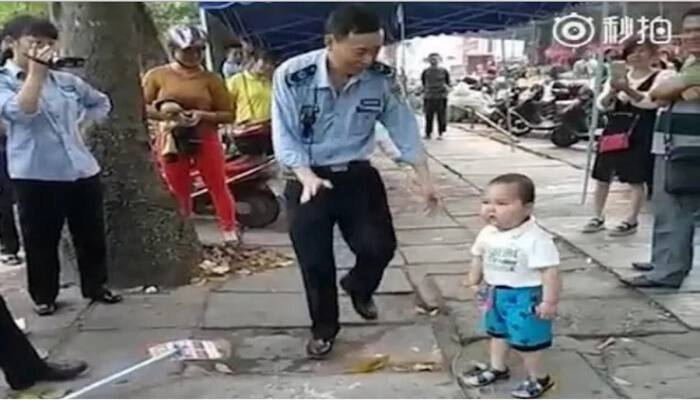 ΑΠΙΘΑΝΟΣ μπόμπιρας: «Τα βάζει» με τους αστυνομικούς για να μη συλλάβουν τους γονείς του