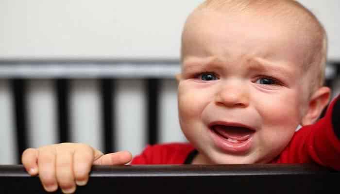 Προσοχή γονείς! Πρέπει να σηκώνουμε τα μωρά ΚΑΘΕ φορά που κλαίνε!