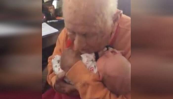 Άντρας 105 ετών κρατάει τον εγγονό του για πρώτη φορά και η αντίδραση του φέρνει σε όλους δάκρυα