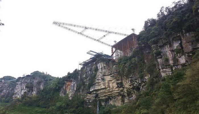 Η νέα γυάλινη γέφυρα της Κίνας είναι μόνο για πολύ γενναίους! Κρέμεται 200 μέτρα πάνω από το έδαφος – Δείτε τις φωτογραφίες