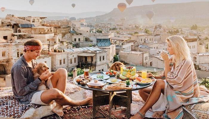 Ταξιδεύουν σε όλο τον κόσμο και βγάζουν 8.000 ευρώ ανά φωτογραφία! Το νεαρό ζευγάρι που πουλάει πολύ ακριβά τις ταξιδιωτικές αναμνήσεις