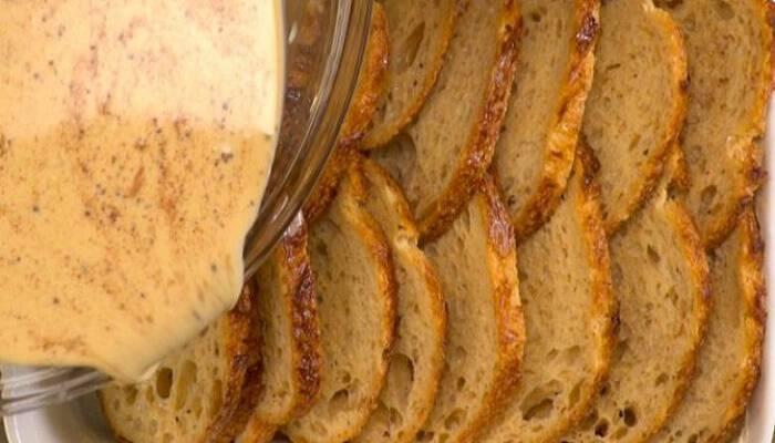 Χτυπάει 8 Αυγά, τα Ρίχνει πάνω στο Κομμένο Ψωμί και τα βάζει στο Φούρνο. Μετά από 45 λεπτά; Θα σας Τρέχουν τα Σάλια!