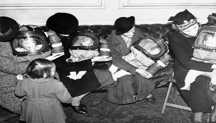 Γιατί οι Βρετανίδες νοσοκόμες φορούσαν μάσκες στα μωρά; Κάλυπταν σχεδόν ολόκληρο το σώμα και έμοιαζαν με κούνια