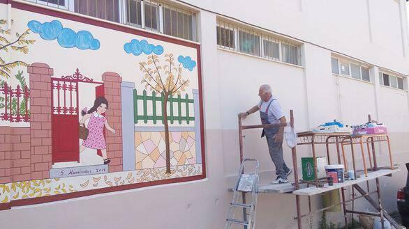 Υπέροχο - Ο παππούς Γιώργος ζωγράφισε το αλφαβητάρι των παιδικών μας χρόνων σε σχολείο της Πάτρας!