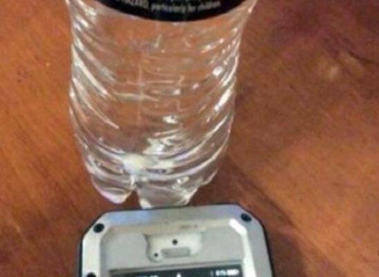 Βάζοντας το κινητό σας τηλέφωνο δίπλα σε ένα γεμάτο μπουκάλι με νερό θα δείτε κάτι που θα σας συναρπάσει…!
