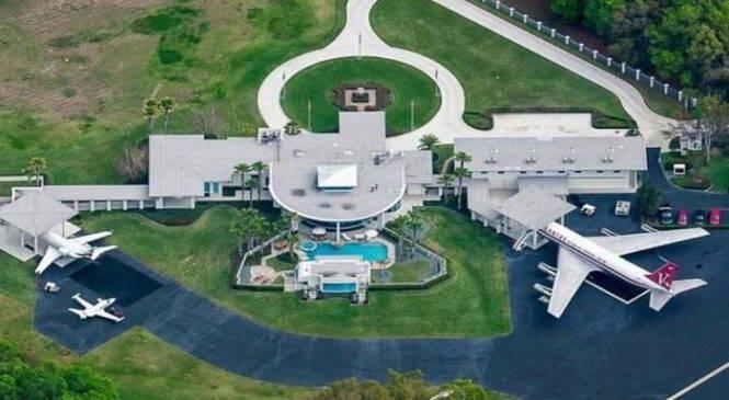 Το απίστευτο σπίτι του John Travolta που είναι σχεδιασμένο σαν αεροδρόμιο