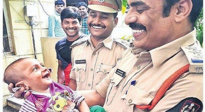 Μωρό σκάει το πιο πλατύ του χαμόγελο στους αστυνομικούς που το διέσωσαν από απαγωγείς