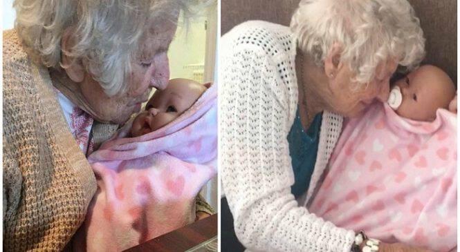 94χρονη με άνοια τραγουδάει σε κούκλα που πιστεύει ότι είναι η εγγονή της και χαμογελάει ξανά