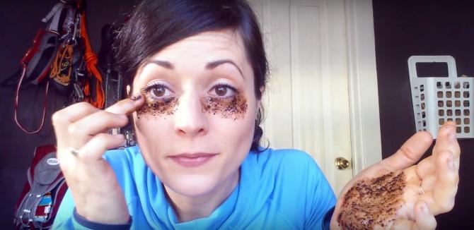Βάζει κόκκους καφέ κάτω από τα μάτια της. Το αποτέλεσμα; Θα σας καταπλήξει!