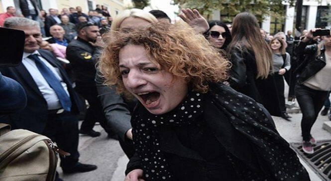 Φωτογραφία γροθιά στο στομάχι: Η οργή της μάνας όταν αντικρίζει τον δολοφόνο της κόρης της!
