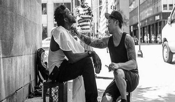 Ο κομμωτής των αστέγων – Αφιερώνει τις Κυριακές του σε όσους έχουν ανάγκη [εικόνες]