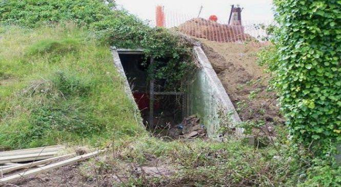 Ανακάλυψε μία 70χρονών τρύπα κάτω από το έδαφος!!!τι είδε μέσα;Απίστευτο