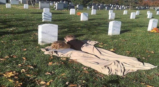 Η μοναδική στιγμή που δύο αδέρφια επισκέπτονται τον τάφο του μπαμπά τους για πρώτη φορά