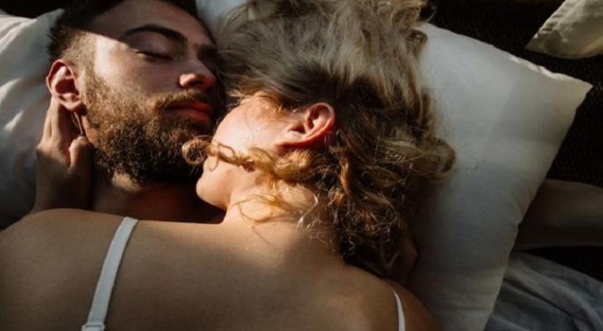 Έρευνα αποκαλύπτει: Με αυτό τον άντρα φαντασιώνονται οι γυναίκες πως απατούν τον σύντροφό τους
