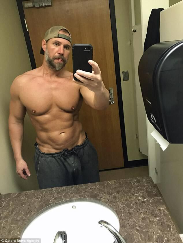 Μπαμπά! Ο πατέρας των τριών, 39 ετών, από τη Μισούλα της Μοντάνα, έχει μεταμορφώσει το σώμα του σε μόλις έξι μήνες αφού κλώτσησε τους υδατάνθρακες στο περίπτερο και άρχισε ένα εντατικό πρόγραμμα άσκησης