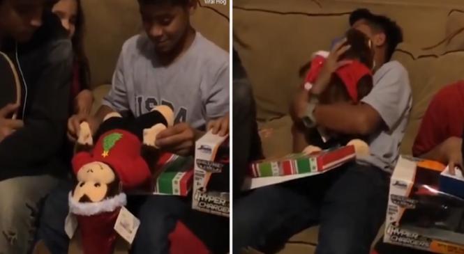 Παιδί παίρνει δώρο λούτρινο που είχε τη φωνή της νεκρής μαμάς του και ξεσπάει σε κλάματα
