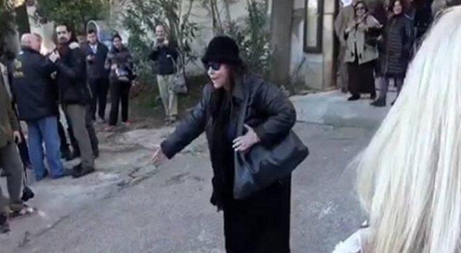 Η Ελένη Λουκά έκανε «ντου» στην κηδεία του Τζίμη Πανούση και φώναζε ότι θα πάει στην κόλαση (ΒΙΝΤΕΟ)
