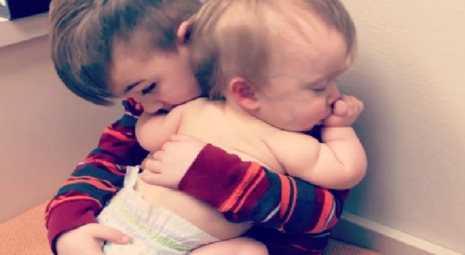 Μπόμπιρας δεν αφήνει στιγμή απ'την αγκαλιά του την άρρωστη αδερφή του