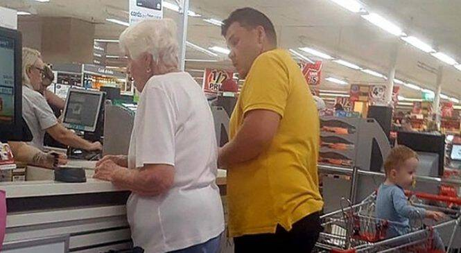 Γιαγιά καθυστερεί την Ουρά στα Ταμεία του Σούπερ Μάρκετ. Προσέξτε τώρα την Αντίδραση του Νεαρού με το Κίτρινο Μπλουζάκι!