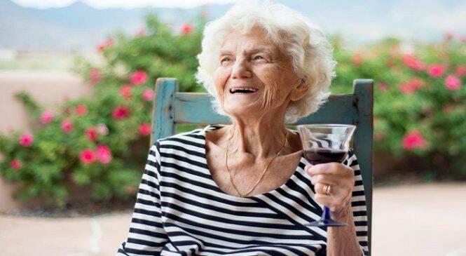 Η κατανάλωση αλκοόλ βοηθάει τη μακροζωία, σύμφωνα με έρευνα