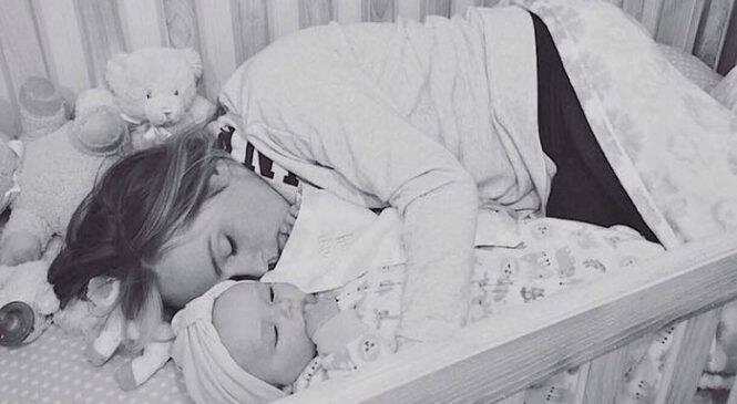 Σύζυγος βρήκε τη γυναίκα του μέσα στην παιδική κούνια του μωρού, μόλις μάθαμε το γιατί βουρκώσαμε