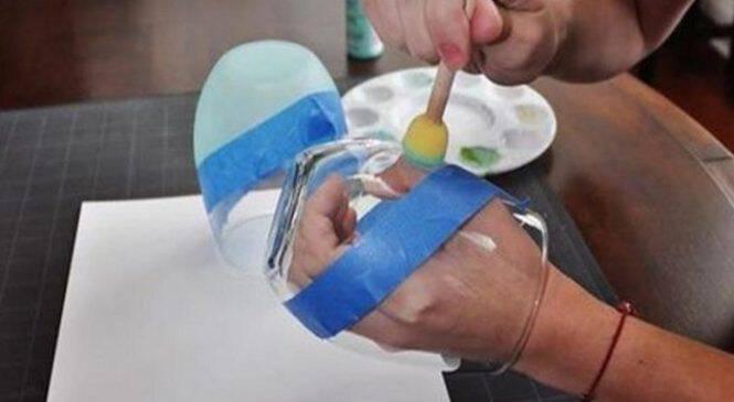 Παίρνει ένα Φθηνό Ποτήρι και Κολλάει πάνω του μια Μπλε Ταινία. Το Αποτέλεσμα; Θα το Λατρέψετε!