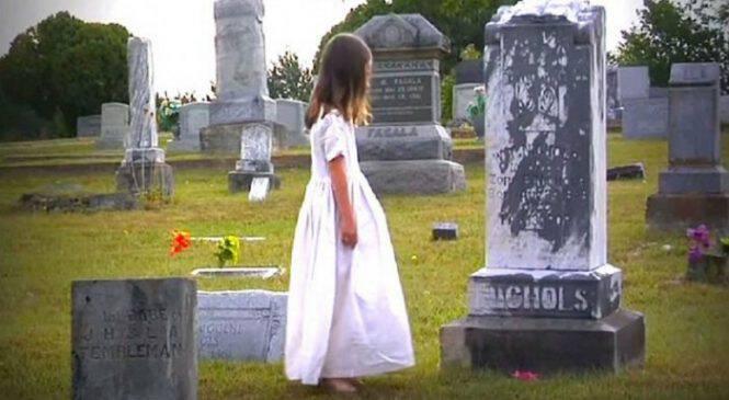 Η πολυαγαπημένη της μαμά πέθανε, 3 χρόνια μετά η κόρη της πηγαίνει στο νεκροταφείο να τραγουδήσει στον τάφο της μητέρας της!!!
