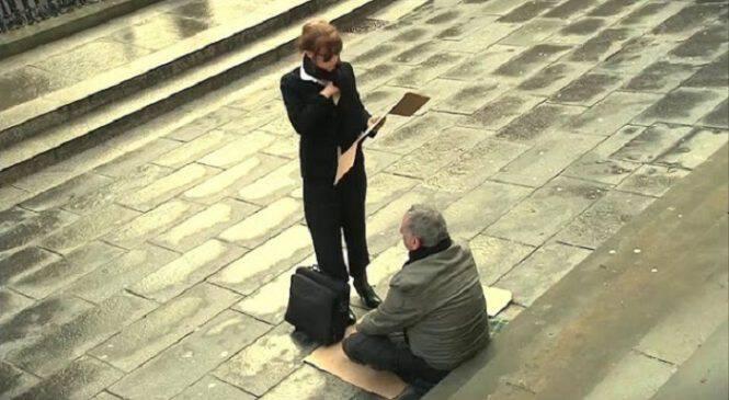 Όταν διαπίστωσε ότι ο άστεγος άντρας είναι τυφλός, πήρε την επιγραφή του και άλλαξε τις λέξεις. Δείτε τι συνέβη αμέσως μετά.