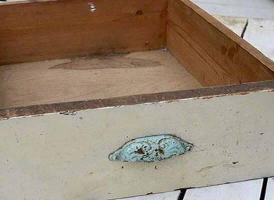 Βρήκε ένα παλιό συρτάρι στα σκουπίδια και το μάζεψε σπίτι. Δείτε σε τι το μεταμόρφωσε…