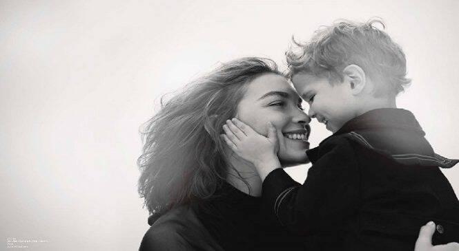 Από την ώρα που γίνεσαι μάνα δεν θα ξαναπιείς νερό χωρίς να ακούσεις «θέλω κι εγώ»