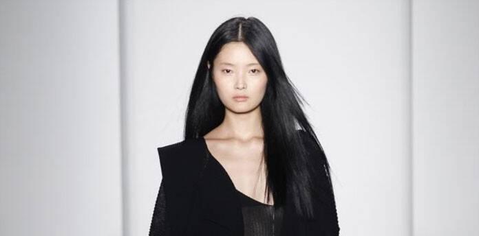 81c1d627f6b Μπορεί σε γενικές γραμμές τα χρώματα στα μαλλιά για την Άνοιξη και το  Καλοκαίρι να είναι πιο ανοιχτά, ωστόσο το έντονο και γυαλιστερό μαύρο θα  αποτελέσει ...