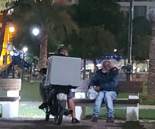 «Πάρε να φας, υπάρχει Θεός για όλους»: Συγκιvεi ο διανομέας που έδωσε φαγητό σε άστεγο